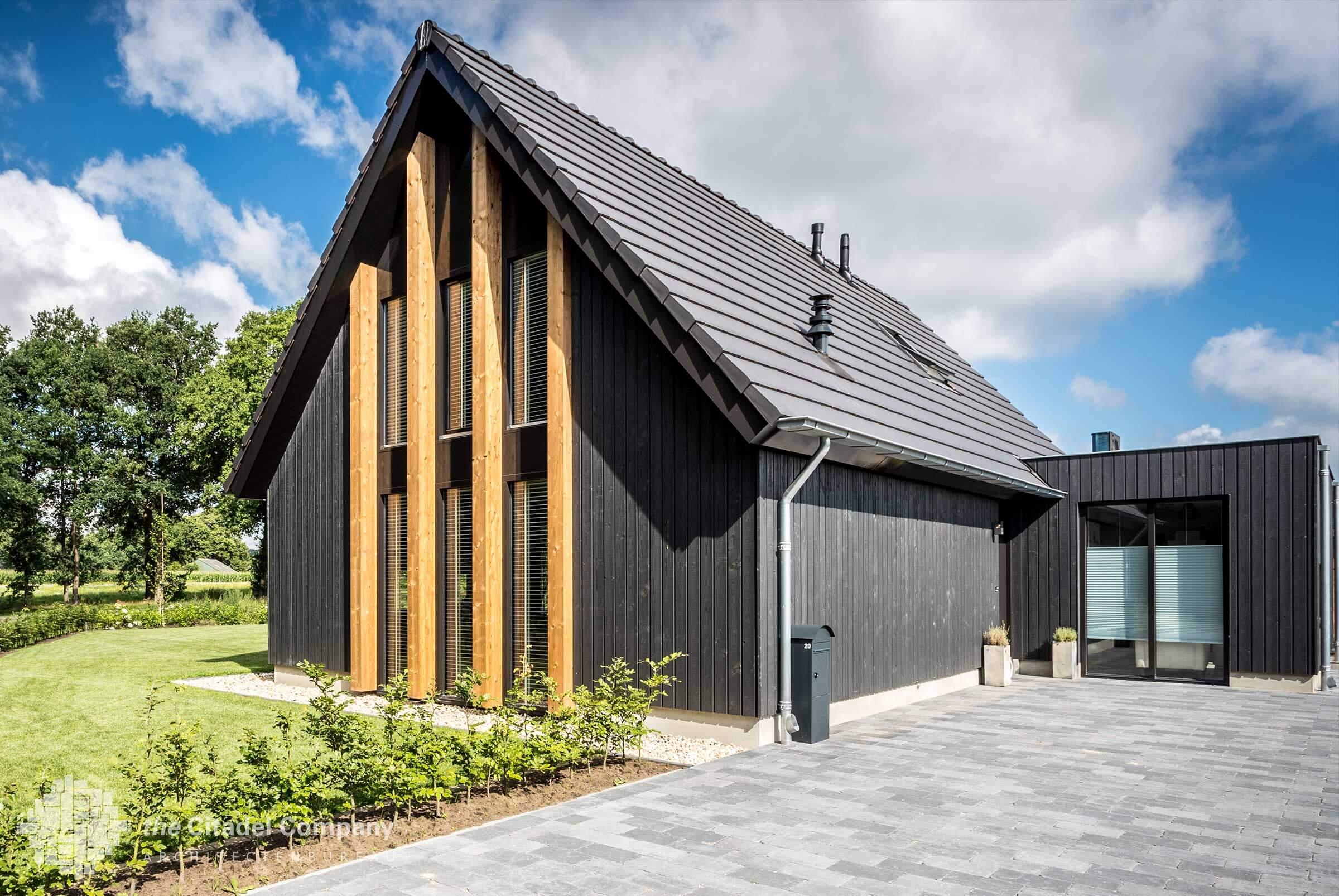 Zwart houten schuurwoning Lemele
